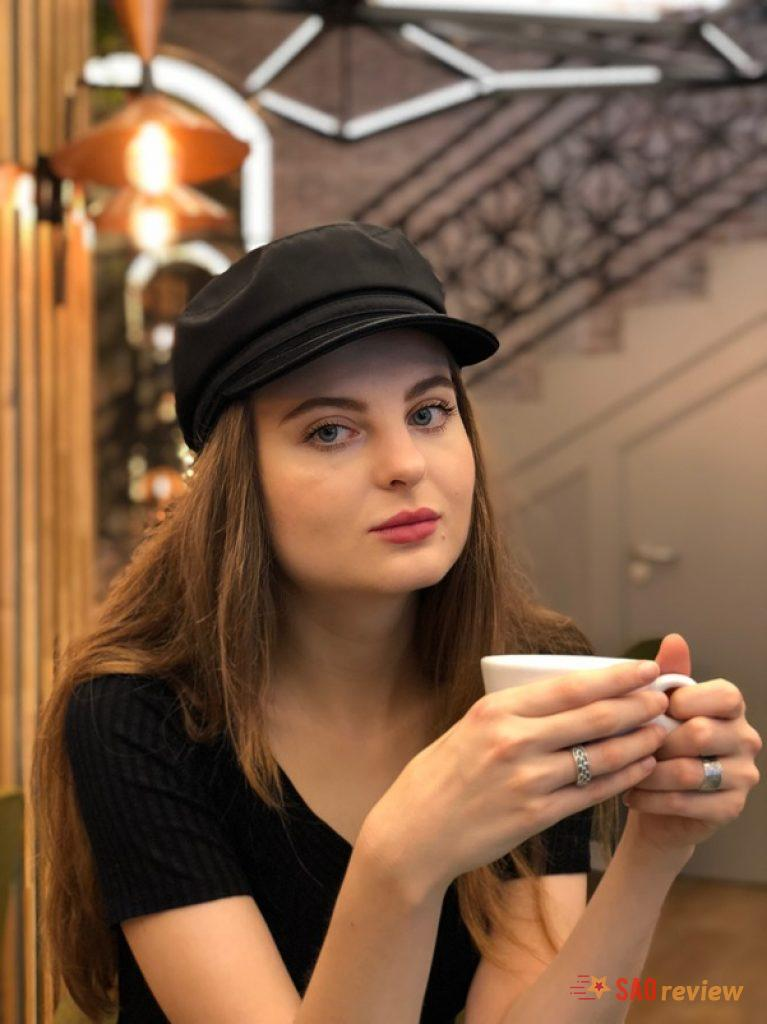 Cô gái cầm tách trà