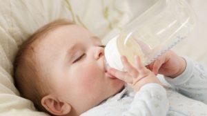cho trẻ sơ sinh uống bao nhiêu sữa là đủ